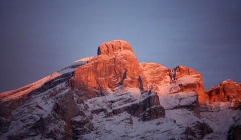 montagna d'inverno al tramonto